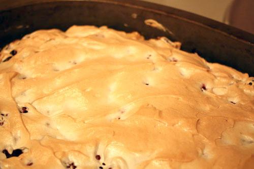 Холодные яичные белки взбиваем со 100 г сахарной пудры до получения довольно плотной массы и выкладываем ее на ягоды. Пирог ставим печься на 30–40 минут при 190 градусах.