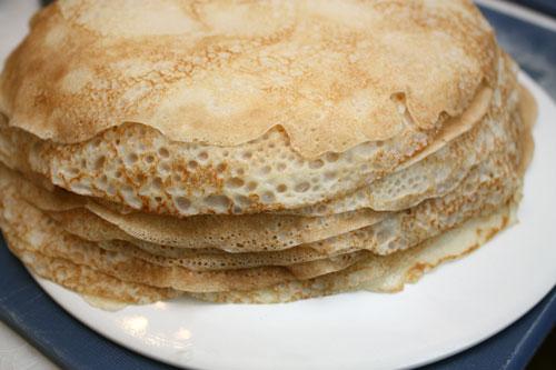 Смешиваем ингредиенты для блинчиков до однородности. Тесто должно получиться достаточно жидким. Растительное масло добавляем прямо в тесто, а при жарке уже нет.  Печем блинчики с одной стороны, складывая стопкой, обжаренной стороной вверх.