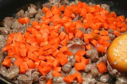 Нарезать кусочками мясо и обжарить на растительном масле.