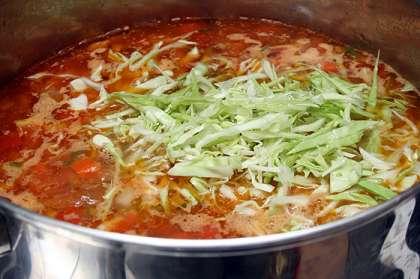 Порезать кубиками помидоры и обжарить отдельно от мяса.