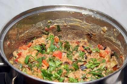 Нарезать все овощи кубиками и обжарить на оливковом масле, все составляющие отдельно.