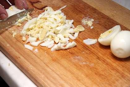 Очистить авокадо, порезать кубиками и полить соком лайма.
