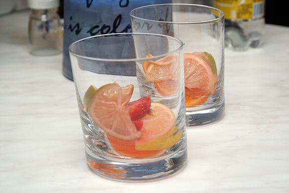 Когда подойдет время приема коктейля, достать приготовленную смесь, фрукты разложить по стаканам.