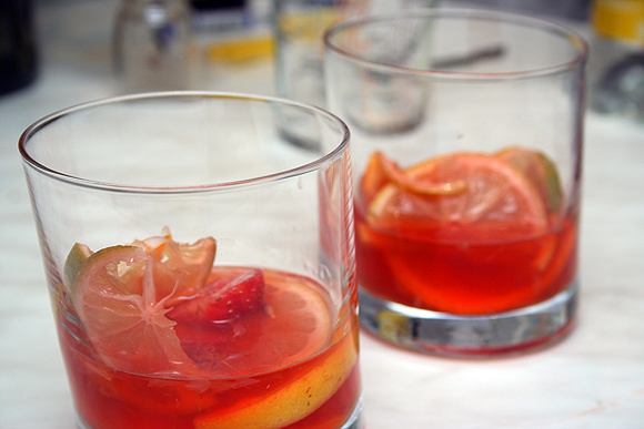 По моим пропорциям получается примерно вот такое количество жидкости на 1 стакан:<br>Ром - 60 мл<br>Вино - 130 мл<br>Тоник - 80 мл<br>Все заливаете в указанном порядке и добавляется пару кусочков льда.