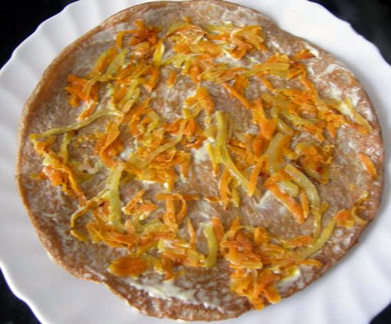 Поджаренные лепешки брать по одной, смазывать майонезом и выкладывать слой лука с морковью, затем накрывать следующей.