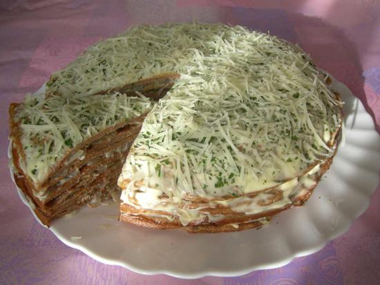Последнюю лепешку слегка смазать майонезом и посыпать мелко нарезанной зеленью. В этот раз я решила посыпать сыром, и получилось вполне органично.