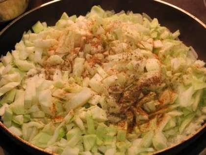 Обжарить капусту с луком. перцем и солью