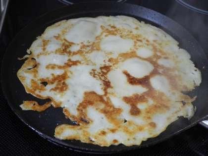 На горячую сковороду налить половиником тесто и обжарить его с двух сторон - блин готов