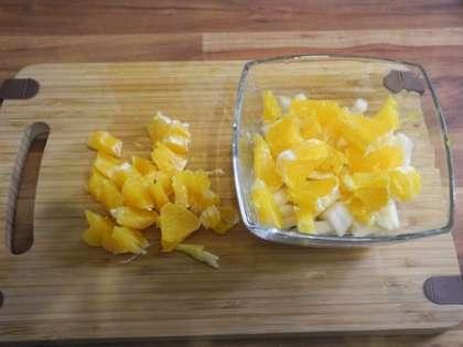 Апельсин мелко порезать и положить в чашки для десерта