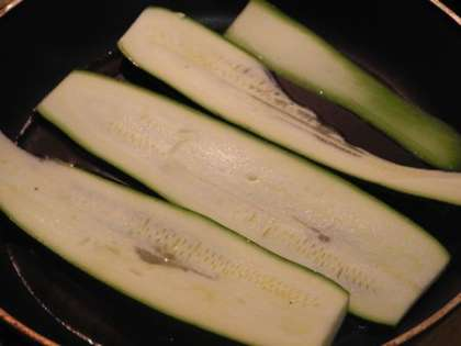 Цуккини тонко порезать и обжарить на масле с солью и перцем