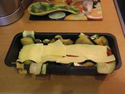 Выложить слой сыра
