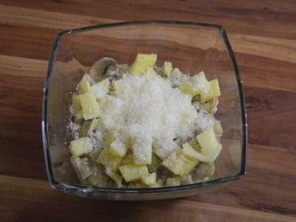 Выложить сверху в чашечки твердый сыр и сыр Пармезан