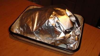 Курицу положить в форму для выпекания и накрыть фольгой
