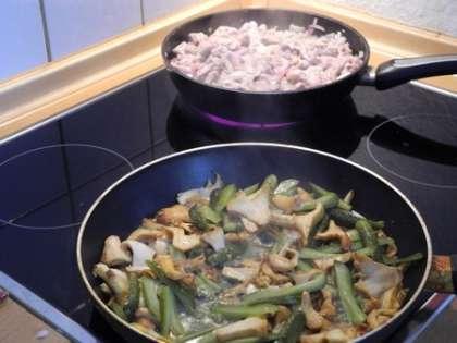 Потушить мясо с луком и грибы с солеными огурцами