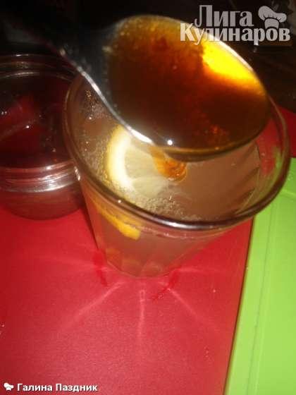 Когда напиток остынет до 40 С, добавить 2 чайные ложки меда. Хорошо размешать и дать настояться.