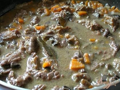 Готово! Влить бульон, довести до кипения, добавить лавровые листы, готовить на минимальном огне до мягкости мяса (около часа).