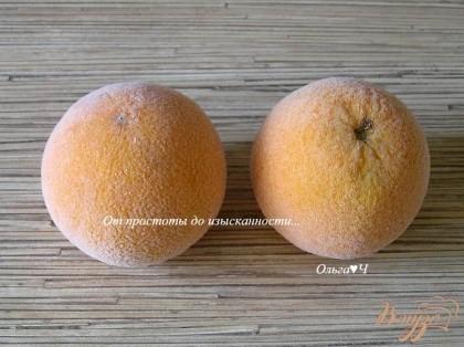 Апельсины хорошо вымыть со щеткой, затем облить кипятком, чтобы удалить остатки воска и горечь,затем убрать в морозилку минимум на 2 часа, а лучше на ночь.