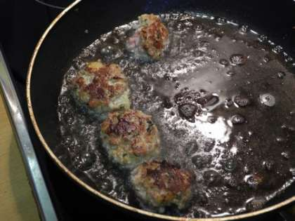 Обжарить сформированные мясные шарики на сковороде