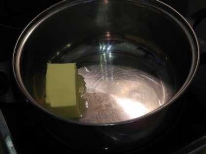 Растопить сливочное масло в кастрюльке