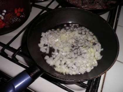 Лук почистить и обжаривать в масле 2 минуты