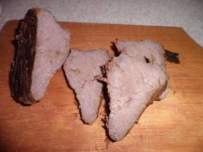 Вынуть мясо из духовки, немного охладить, разрезать на порционные куски