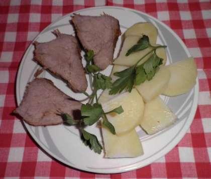 Мясо можно подавать с картофелем или отварными овощами