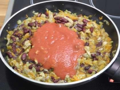 В сковороду вылить томатную пасту и перемешать. Посолить