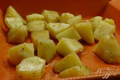 Отварной картофель почистить еще теплым, нарезать на средние кусочки. Полить оливковым маслом, винным уксусом, посолить, поперчить, накрыть, чтобы не остывало и оставить на 5-7 минут.