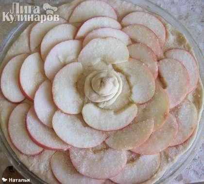 И в произвольной форме выкладываем яблоки, и так же посыпаем сахаром. Выпекаем пирог из пресного теста с яблоками в духовке.