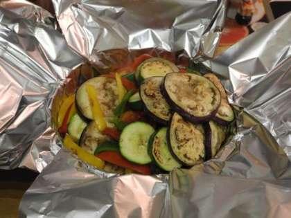 В форму для выпекания положить фольгу и сложить овощи