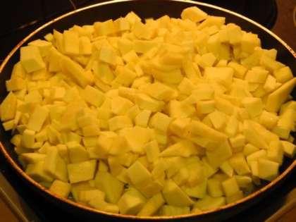 Добавить кабачки на сковородку