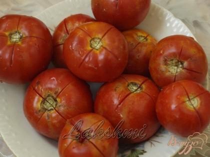 Для томатного сока я также использую помидоры - делаю надрезы накрест,ошпариваю кипятком и снимаю кожицу.Затем перекручиваю в комбайне и варю томат около 30-ти минут на медленном огне.