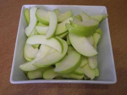 Нарезать яблоки тонкими дольками