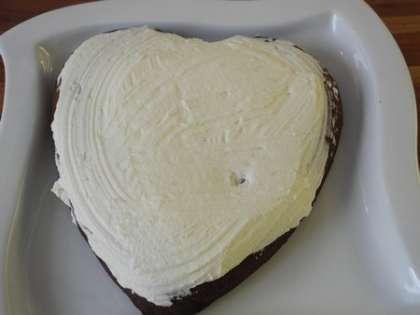 Смазать торт взбитыми сливками ровным слоем