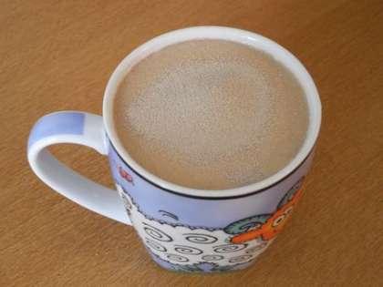 Нагреть молоко и всыпать в него дрожжи