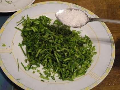 Зелень мелко порезать и добавить в нее соль