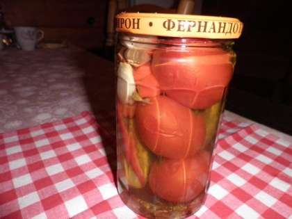 Уложить овощи в банки и залить маринадом, закрутить банку крышкой