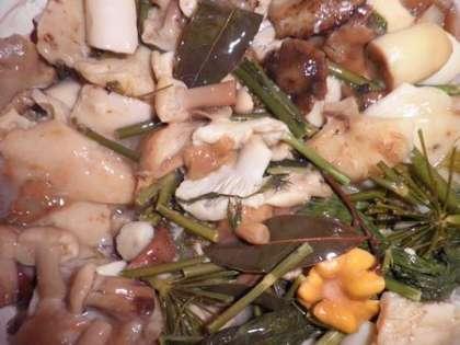 Смешать грибы с луком и маслом. Можно по вкусу добавить соль и сметану