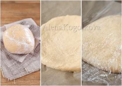 Накрыть тесто влажным полотенцем или пищевой пленкой и оставить при комнатной температуре на 2-3 часа до увеличения в объеме вдвое. Аккуратно придавить тесто ладонью и плотно накрыть пищевой пленкой. Положить в миску, которую плотно обернуть пленкой. Убрать в морозилку на 1-2 часа. По прошествии этого времени, достать тесто, снова придавить ладонью, снова плотно завернуть пленкой и убрать в холодильник минимум на 6 часов.