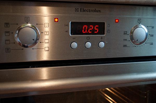 Ну и наконец ставим пиццу на 1 уровень, на 25 минут при 210° С