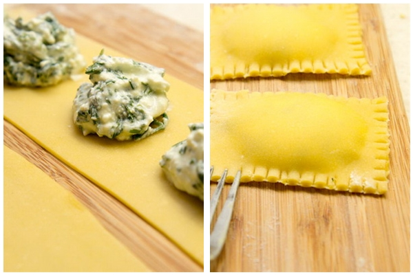Достаньте тесто из холодильника, разделите пополам и тонко (действительно тонко) раскатайте на чуть присыпанной мукой поверхности. Уложите на тесто через равные промежутки по одной столовой ложке начинки и накройте сверху вторым листом. Пройдитесь пальцами со всех сторон начинки, чтобы удалить излишки воздуха, и разрежьте на отдельные равиоли. Края можно украсить с помощью вилки.