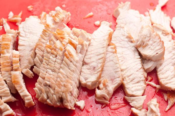 Нарежьте мясо тонкими полосками.