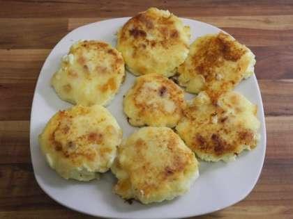 Выложить готовые сырники на тарелку
