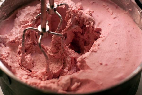 Примерно через час взбейте подмороженную смесь еще раз, чтобы в готовом мороженом не было крупных кристаллов льда, а консистенция была более гладкой и воздушной.  После последнего взбивания мороженое можно разложить по индивидуальным формочкам и продолжить замораживание.