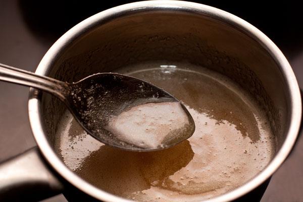 В маленьком сотейнике смешайте мёд с сахаром и подогрейте на небольшом огне, помешивая, чтобы сахар растворился. Доведите до кипения.