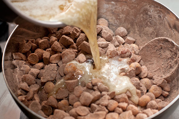 Влейте горячий сироп к в ореховую смесь и быстро перемешайте. Не мешкайте, смесь быстро густеет и мешать становится труднее.