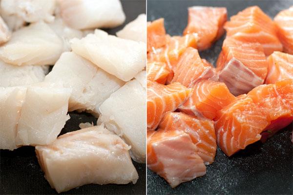 Филе рыбы нарежьте кубиками, удалите все мелкие косточки. В данном случае использовался судак и сёмга.