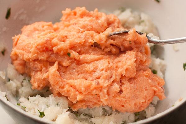 Каждый вид рыбы измельчите в блендере или мясорубке до однородности, добавив яичный белок.  Листья петрушки мелко нарежьте и добавьте в фарш.