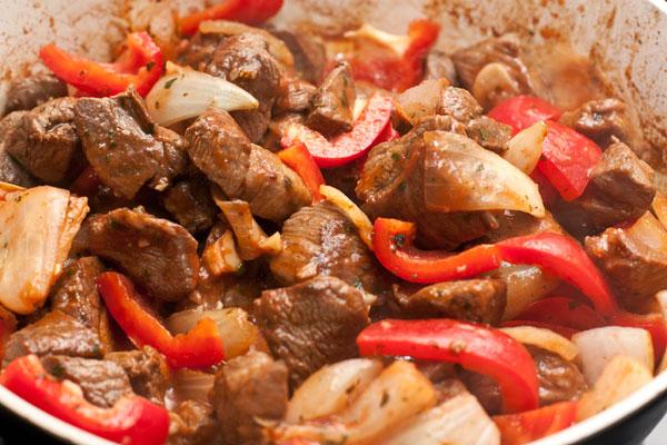 Очищенный перец крупно нарежьте, положите в сковороду и   потушите 40-50 минут, чтобы мясо стало довольно мягким. При необходимости можно добавлять воду.