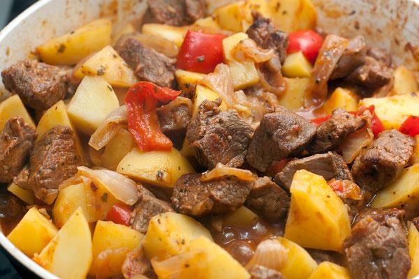 Когда мясо и картофель станут мягкими, блюдо готово. В самом конце можно добавить несколько хороших маслин.